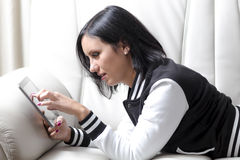 Mulher que usa uma tabuleta Fotos de Stock Royalty Free