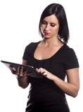 Mulher que usa uma tabuleta Foto de Stock Royalty Free