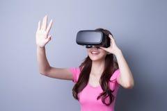 Mulher que usa vidros dos auriculares de VR Foto de Stock