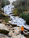 Mulher que vê uma cachoeira congelada Fotografia de Stock