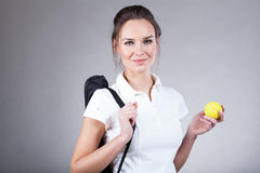 Mulher que vai no fósforo do tênis foto de stock royalty free
