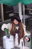 Mulher que vende bebidas quentes foto de stock royalty free