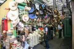 Mulher que vende a grande variedade de chapéus e de sombreiros tradicionais mexicanos imagem de stock royalty free