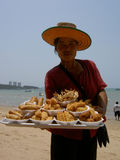 Mulher que vende o alimento tailandês, Tailândia. Fotografia de Stock