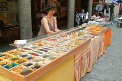 Mulher que vende o chá e as especiarias no mercado de Bellinzona Fotos de Stock Royalty Free