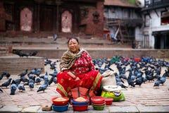 Mulher que vende o quadrado de Kathmandu Durbar, Nepal foto de stock royalty free