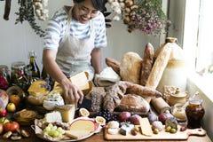 Mulher que vende o queijo e o pão fotografia de stock royalty free