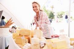 Mulher que vende o queijo fresco no mercado do alimento dos fazendeiros fotografia de stock royalty free