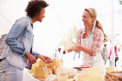 Mulher que vende o queijo fresco no mercado do alimento dos fazendeiros Foto de Stock