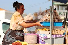 Mulher que vende porcas Fotos de Stock Royalty Free