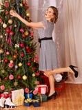 Mulher que veste a árvore de Natal Fotografia de Stock
