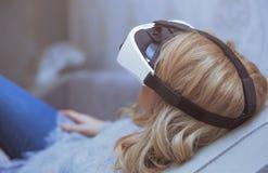 Mulher que veste auriculares da realidade virtual fotos de stock
