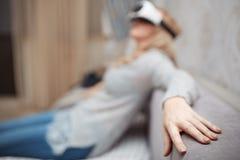 Mulher que veste auriculares da realidade virtual imagens de stock royalty free