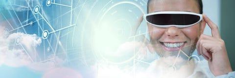 Mulher que veste auriculares de VR com transição dos gráficos dos efeitos especiais Imagem de Stock Royalty Free