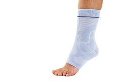 Mulher que veste a cinta de tornozelo elástica flexível Imagem de Stock