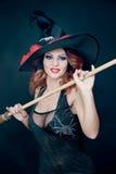 Mulher que veste como a dança da bruxa Halloween fotografia de stock