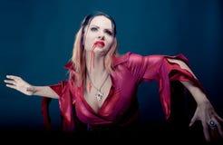 Mulher que veste como a dança do vampiro Halloween imagens de stock