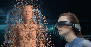 A mulher que veste fones de ouvido de VR e que olha 3d dispersou a figura fêmea Imagens de Stock Royalty Free