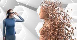 A mulher que veste fones de ouvido de VR na frente de 3d dispersou a figura fêmea Imagens de Stock