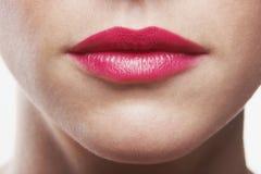 Mulher que veste o batom cor-de-rosa Fotografia de Stock