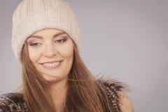 Mulher que veste o chapéu branco morno do beanie do inverno Fotos de Stock Royalty Free