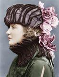 Mulher que veste o chapéu elaborado (todas as pessoas descritas não são umas vivas mais longo e nenhuma propriedade existe Garant fotografia de stock