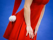 Mulher que veste o chapéu vermelho do vestido e do Natal Fotografia de Stock