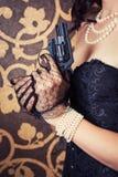 Mulher que veste o espartilho preto fotos de stock royalty free