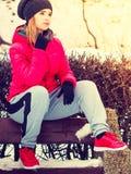 Mulher que veste o sportswear morno que relaxa após o exercício foto de stock