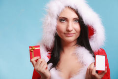 A mulher que veste o traje de Papai Noel guarda a caixa de presente no azul Imagens de Stock Royalty Free