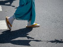 Mulher que veste peúgas japonesas festivas do tabi com sandálias imagem de stock royalty free
