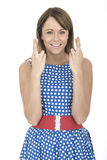 Mulher que veste a polca azul Dot Dress Fingers Crossed Fotos de Stock Royalty Free