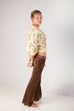 A mulher que veste a roupa ocasional com mãos atrás suporta - o corpo completo Foto de Stock Royalty Free