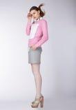 Mulher que veste a roupa ocasional que levanta no estúdio imagens de stock royalty free