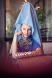 Mulher que veste a roupa oriental Fotografia de Stock