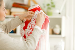 Mulher que veste um manequim do manequim do alfaiate Imagem de Stock Royalty Free