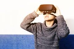Mulher que veste vidros da realidade virtual Smartphone usando-se com auriculares de VR imagem de stock royalty free
