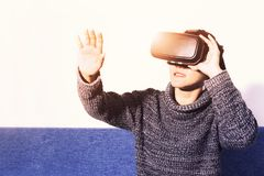 Mulher que veste vidros da realidade virtual Smartphone usando-se com auriculares de VR fotografia de stock royalty free