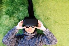 Mulher que veste vidros da realidade virtual Smartphone usando-se com auriculares de VR foto de stock