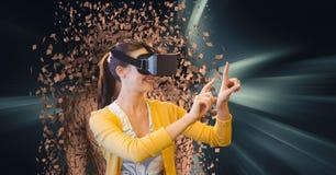 A mulher que veste vidros de VR com 3d dispersou a figura humana no fundo Imagens de Stock Royalty Free