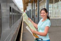 A mulher que viaja apenas mantém o cartão Imagens de Stock
