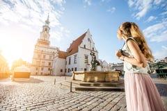 Mulher que viaja em Poznan, Polônia foto de stock