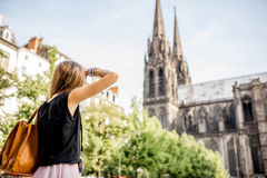 Mulher que viaja na cidade de Clermont-Ferrand em França Foto de Stock Royalty Free