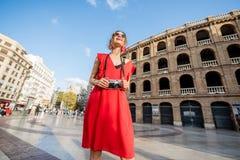Mulher que viaja na cidade de Valência foto de stock