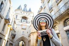 Mulher que viaja na cidade do Bordéus imagens de stock royalty free