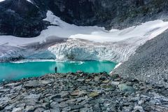 A mulher que viaja no conceito do estilo de vida da aventura de Noruega vacations geleira exterior fotos de stock royalty free