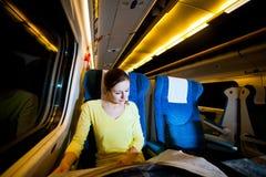 Mulher que viaja pelo trem Imagens de Stock