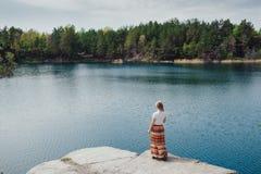 Mulher que viaja perto do lago, liberdade de sentimento com mãos acima Fotografia de Stock