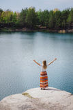 Mulher que viaja perto do lago, liberdade de sentimento com mãos acima Imagens de Stock Royalty Free