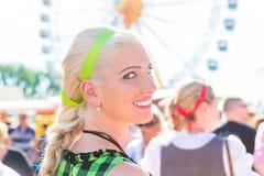 Mulher que visita a feira bávara no traje nacional Imagens de Stock Royalty Free